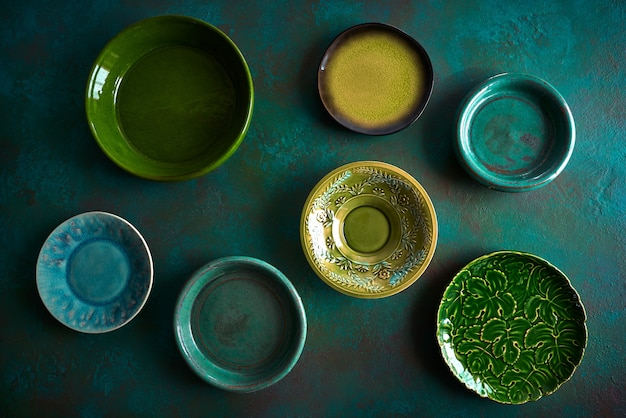 Assiettes en céramique vaisselle sur grungy