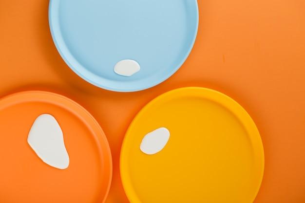 Assiettes colorées avec des gouttes de lait
