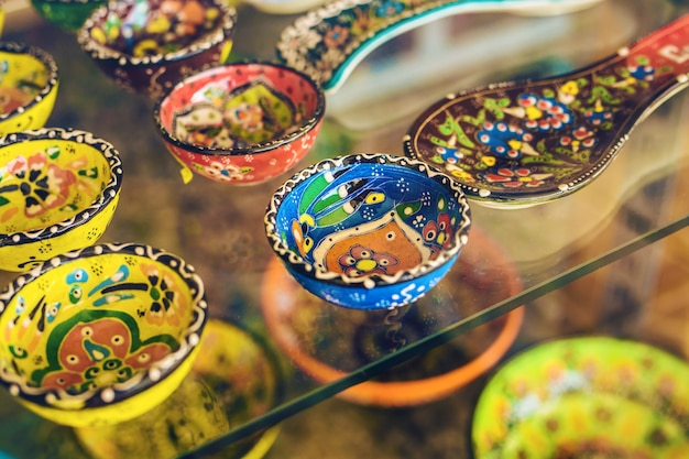 Assiettes colorées en poterie à rhodes, grèce.