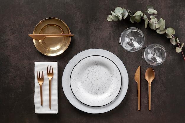 Assiettes, couverts et verres ci-dessus vue