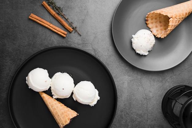 Assiettes avec cuillères à glace et cônes