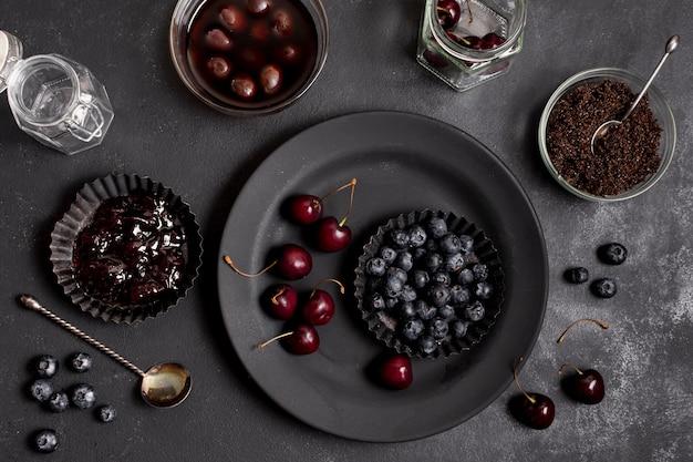 Assiettes de dessus avec des bleuets et des cerises