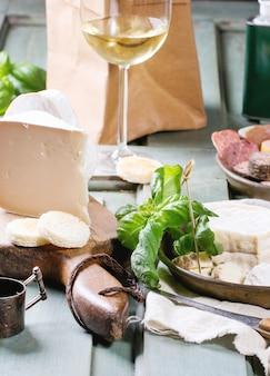 Assiettes de fromage et de saucisse