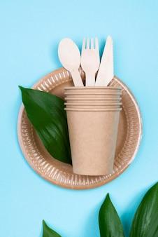 Assiettes jetables avec tasses et couverts