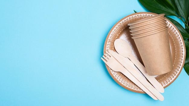 Assiettes jetables avec tasses et espace de copie de couverts