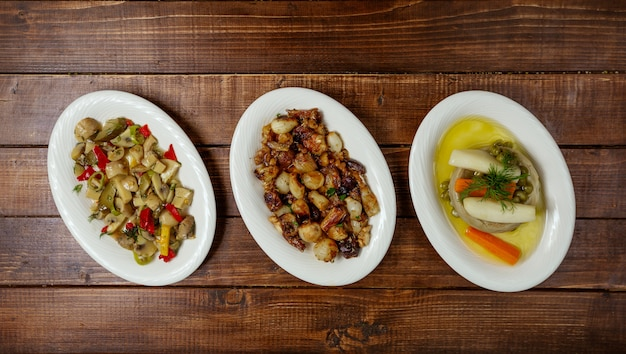 Assiettes de légumes sur la table