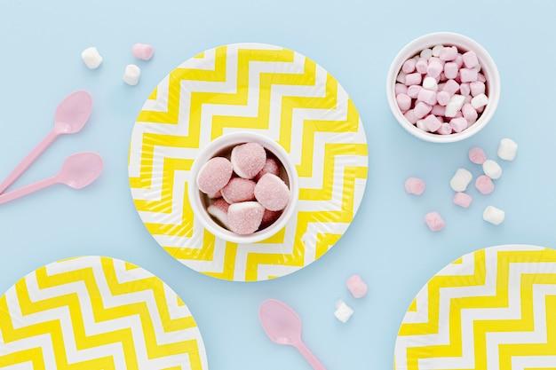Assiettes en plastique avec des bonbons