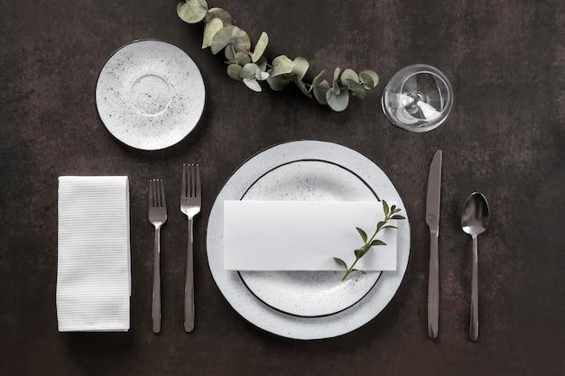 Assiettes plates, couverts et verre