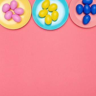 Assiettes plates avec œufs et copyspace