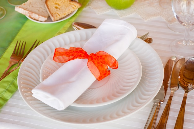 Assiettes avec serviette et fourchette avec couteau