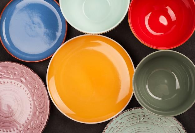Assiettes et soucoupes colorées