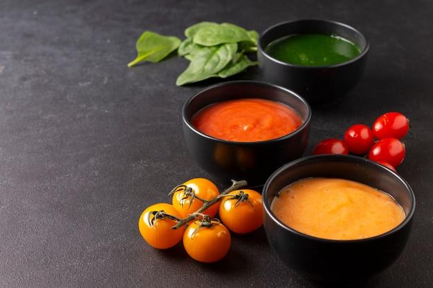 Assiettes de soupes végétariennes tomate carotte épinards
