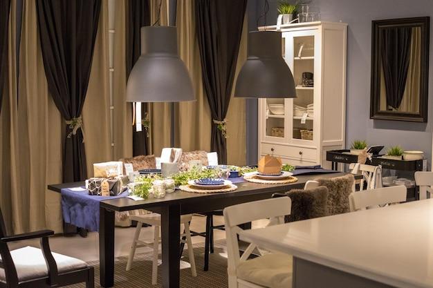 Assiettes sur table en bois marron