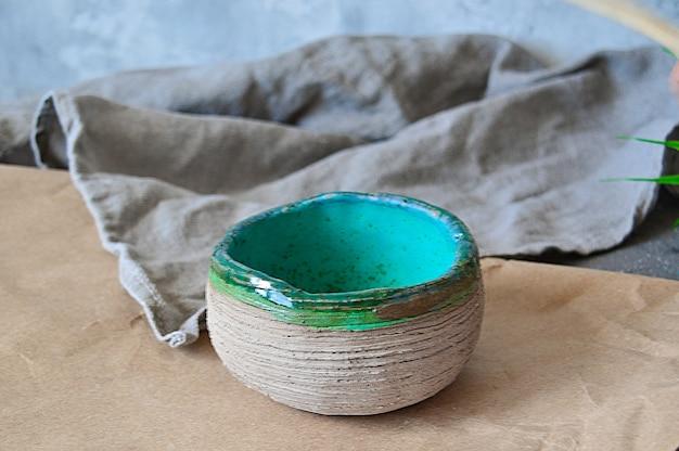 Assiettes en terre cuite, bols faits à la main dans le style wabi sabi.