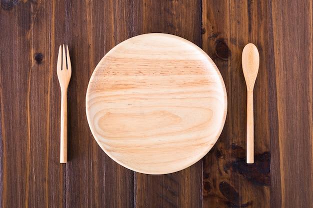 Assiettes, ustensiles en bois