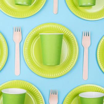Assiettes vertes avec tasses et couverts