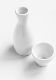 Assiettes vides sur fond blanc