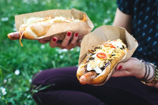 Assis dans l'herbe et profiter de hot-dog