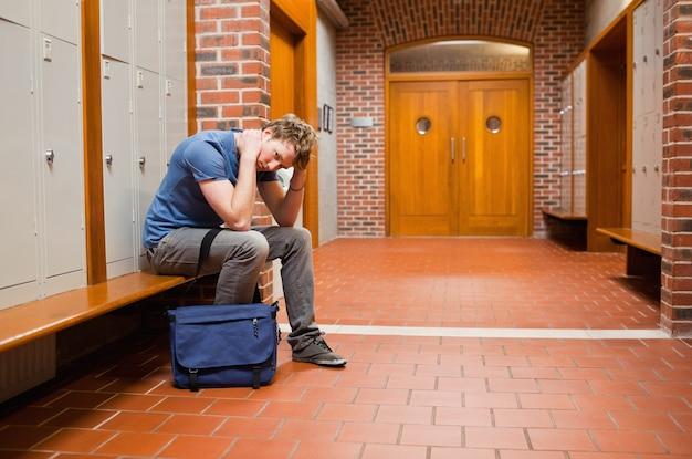 Assis étudiant fatigué