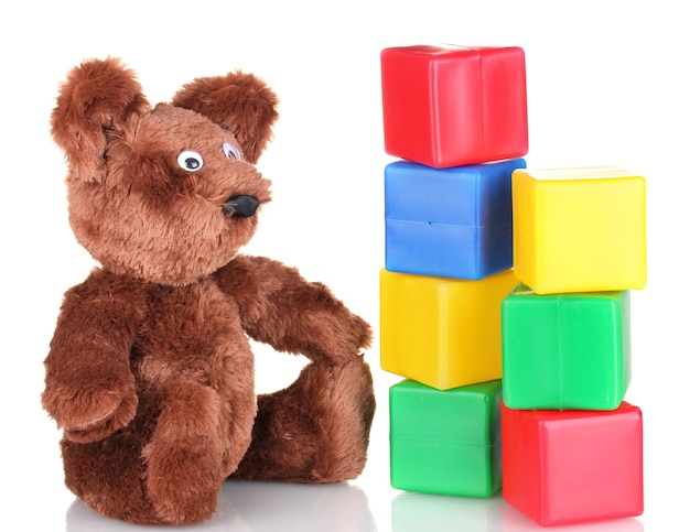 Assis ours jouet et cubes de couleur isolated on white