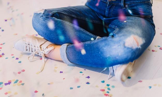 Assis sur le sol entouré de confettis