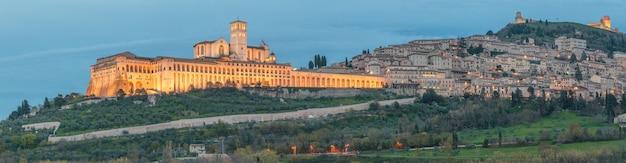 Assise une vieille ville avec illumination région ombrie italie