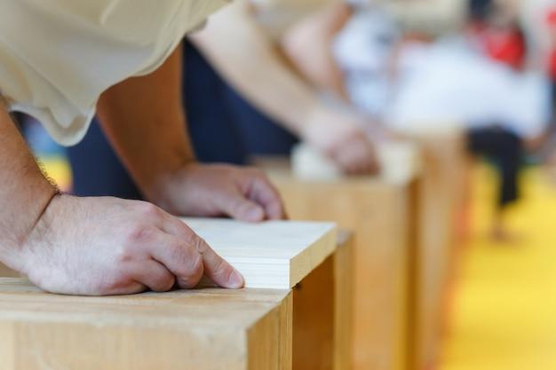 Assistant empile les planches de bois