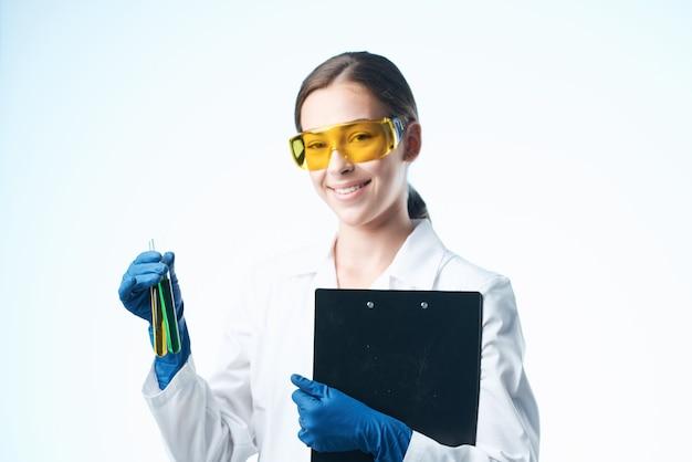 Assistant de laboratoire analyse biotechnologie recherche médecine studio. photo de haute qualité