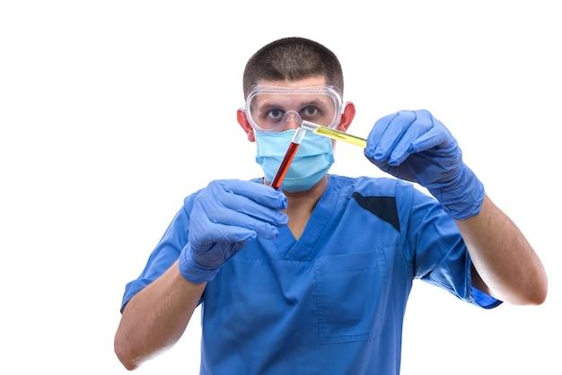 Assistant de laboratoire regarde le liquide de couleur dans le tube à essai