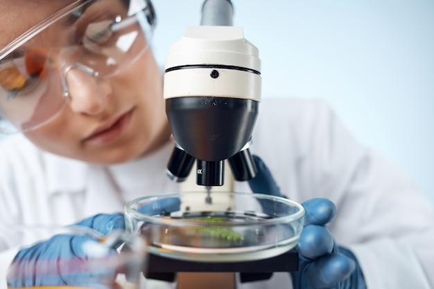 Assistant de laboratoire solutions chimiques biologiste recherche étude fond isolé