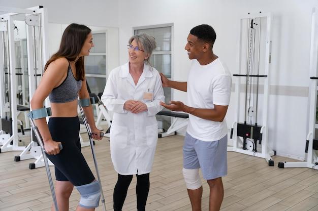 Assistant médical aidant les patients avec des exercices de physiothérapie