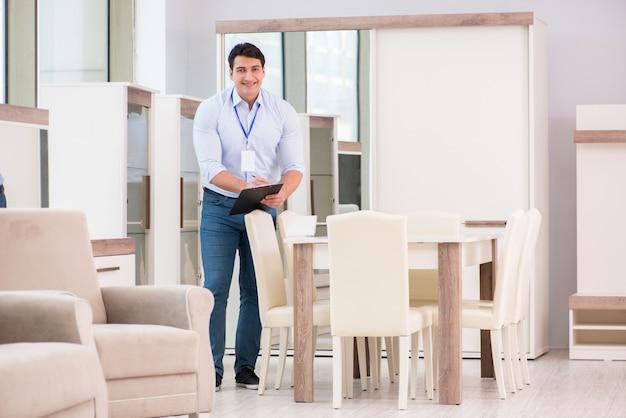 Assistante commerciale en magasin de meubles