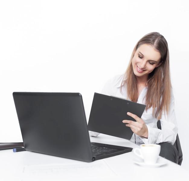 Assistante exécutive travaillant avec des documents dans le bureau.photo avec espace de copie