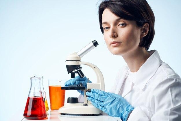 Assistante de laboratoire femme recherche de solution chimique science du travail
