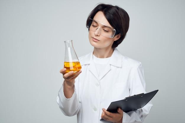 Assistante de laboratoire femme science technologie de recherche de solution chimique