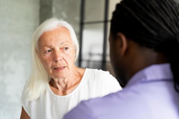 Assistante sociale s'occupant d'une vieille femme