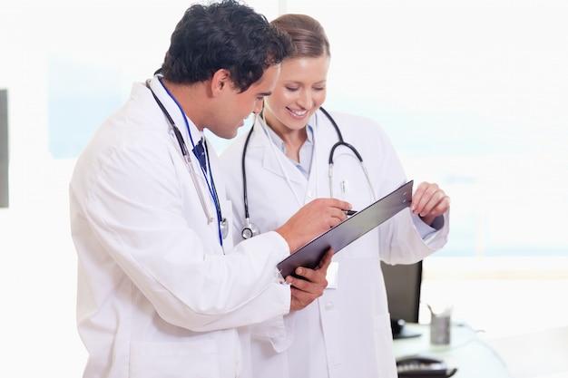 Assistants médicaux lisant clipboard