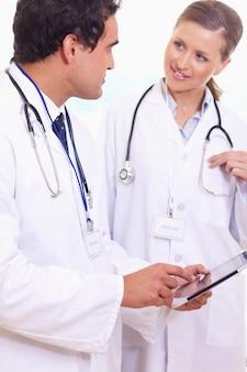 Assistants médicaux parlant de ce qui est sur la tablette