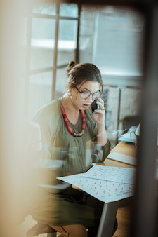 Associé. femme d'affaires occupée enceinte appelant son partenaire commercial du bureau