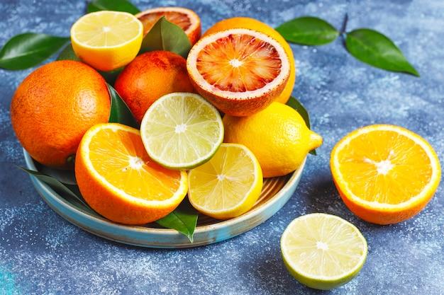 Assortiment d'agrumes frais, citron, orange, citron vert, orange sanguine, frais et coloré, vue de dessus