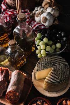 Assortiment d'aliments près des huiles