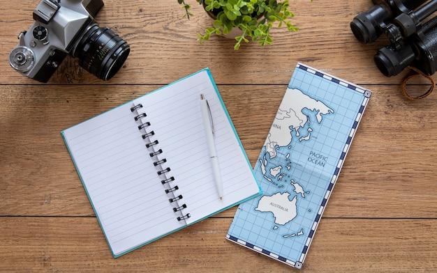 Assortiment d'articles de tourisme à plat