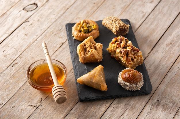 Assortiment de baklava dessert ramadan et dates sur table en bois