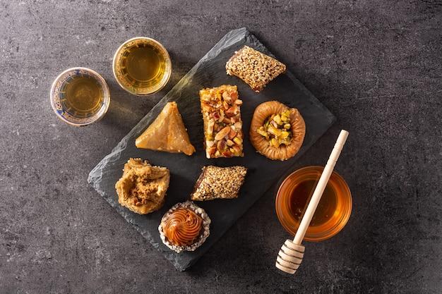 Assortiment de baklava dessert ramadan sur fond noir