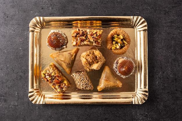 Assortiment de baklava dessert ramadan sur table en ardoise noire