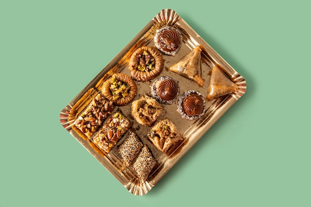 Assortiment de baklava dessert ramadan sur table verte