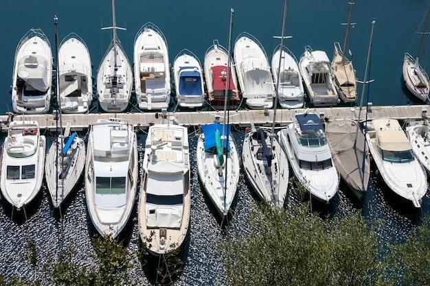 Un assortiment de bateaux et yachts dans une marina à monte carlo