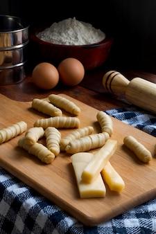 Assortiment de bâtonnets de fromage traditionnel vénézuélien