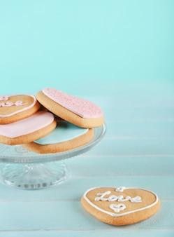 Assortiment de biscuits d'amour sur fond de table en bois bleu