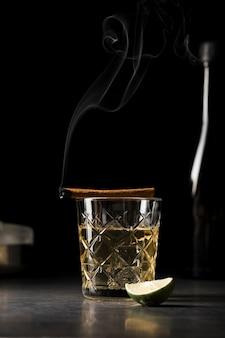 Assortiment avec boisson et tranche de citron vert